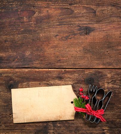 comida de navidad: Tarjeta del menú de Navidad para los restaurantes en el fondo de madera