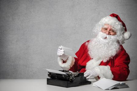 サンタ クロース、古いタイプライターで手紙を入力します。 写真素材