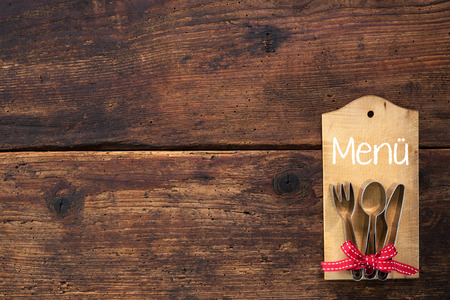 Fije la tarjeta de menú para restaurantes en el fondo de madera