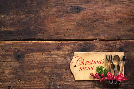 cena navideña: Tarjeta del menú de Navidad para los restaurantes en el fondo de madera