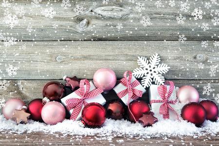 Samenstelling van Kerstmis met kleurrijke ballen en cadeau dozen op sneeuw Stockfoto