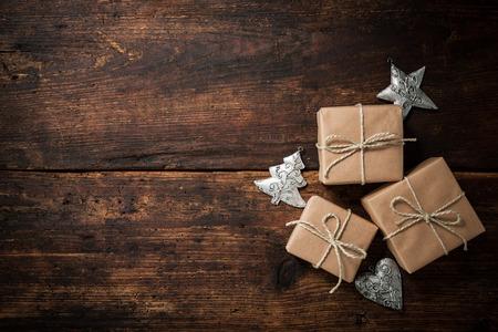 background: Weihnachts-Geschenk-Boxen und Dekoration über grunge Holzuntergrund Lizenzfreie Bilder