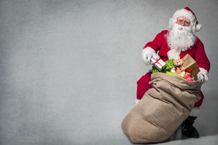 Kerstman met een zak vol cadeautjes Stockfoto