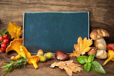 pizarra: Acci�n de Gracias Bodeg�n con setas, frutas de estaci�n y verduras en la mesa de madera con espacio para texto. Concepto de cocina