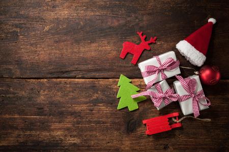 santa clos: Sombrero de la Navidad Santa Claus con cajas de regalo y la decoraci�n m�s grunge fondo de madera