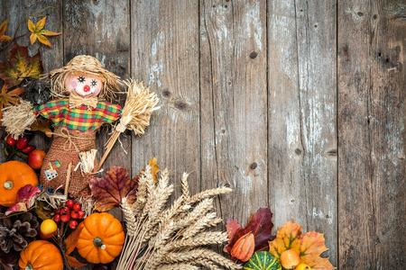 Kleurrijke herfst achtergrond met een vogelverschrikker decoratie voor Halloween en Thanksgiving Stockfoto
