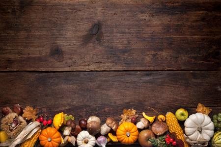 tabulka: Sklizeň nebo Díkůvzdání pozadí s podzimní ovoce a tykve na rustikální dřevěný stůl Reklamní fotografie