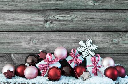 Composizione di Natale con palline colorate e confezioni regalo su neve Archivio Fotografico - 47541755