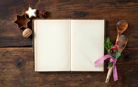 Lege kookboek voor Kerstmis recepten op houten tafel