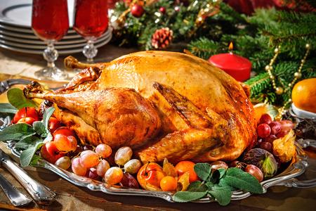 turkey: Pavo asado en la mesa de fiesta con velas