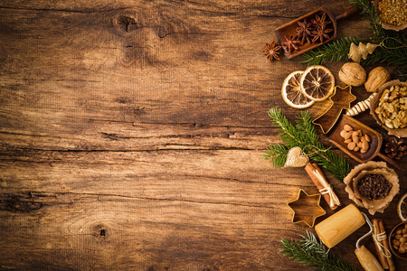 Baking concept background with spices and utensils for Christmas cookies Standard-Bild