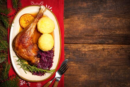 crust crusty: Crusty goose leg with braised red cabbage and dumplings. Cooking at Christmas time Stock Photo