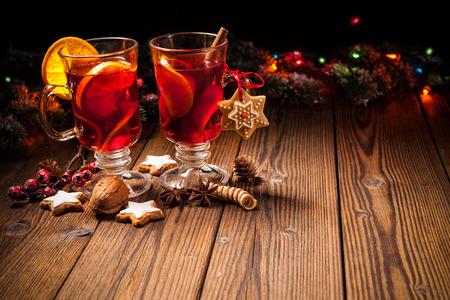 tomando alcohol: Dos vasos de vino caliente caliente con naranjas y especias Foto de archivo