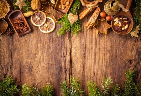 cioccolato natale: Concetto di fondo di cottura con spezie e utensili per biscotti di Natale