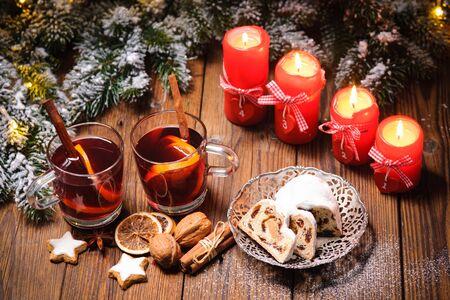 velas de navidad: Navidad vino caliente en la mesa con velas encendidas y adornos navideños advenimiento Foto de archivo
