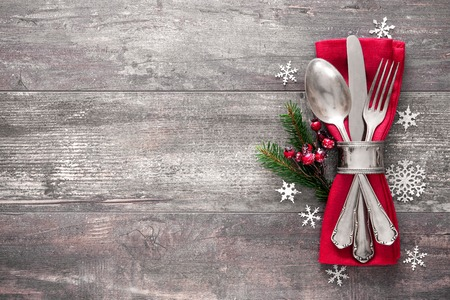 Christmas table place setting. Holidays background Imagens