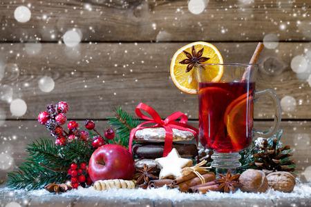 epices: Vin chaud de Noël avec des oranges et des épices Banque d'images