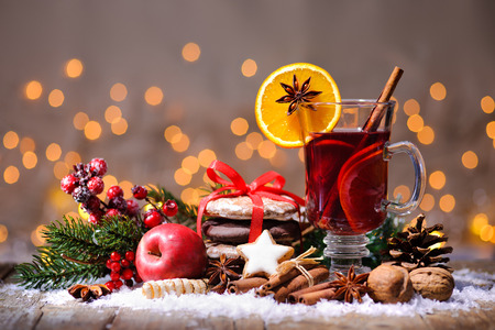 Christmas mulled wine with oranges and spices Imagens