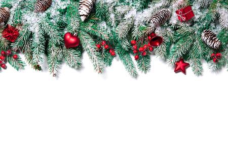 Vánoční hranice. Větve stromu s cetky, hvězdy, sněhové vločky izolovaných na bílém