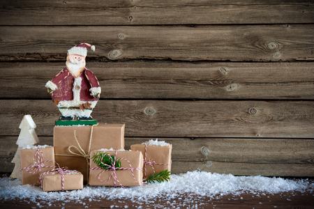 madera r�stica: Fondo de Navidad con Pap� Noel y cajas de regalo sobre tabla de madera