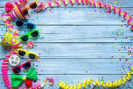 Kleurrijke carnaval achtergrond met partij accessoire, slingers en confetti Stockfoto