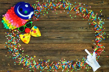 marco cumpleaños: Fondo colorido del carnaval con diseño de la cara del payaso