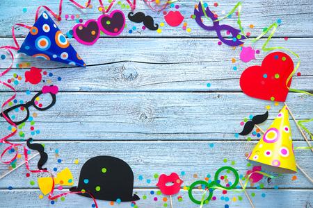 fond coloré avec des accessoires de carnaval, des banderoles et des confettis