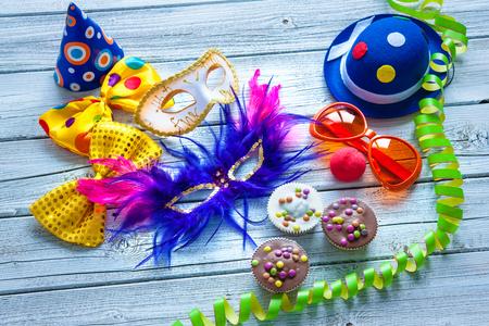 Bunte Karneval Hintergrund mit Parteizusatz, Luftschlangen und Konfetti
