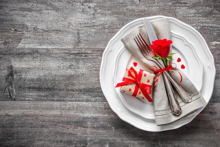 rosas rojas: Día de San Valentín ajuste lugar de la tabla. Vacaciones de fondo Foto de archivo