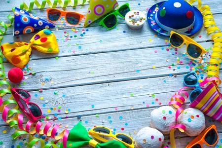 Fond coloré de carnaval avec accessoires de fête, des banderoles et des confettis Banque d'images
