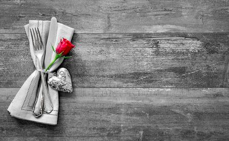 バレンタインの日のテーブルの場所の設定。休日の背景