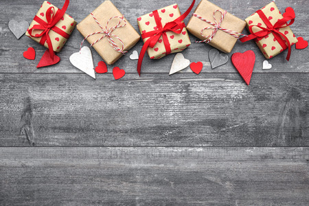 Saint Valentin fond avec des formes de coeur et les coffrets cadeaux sur planche de bois Banque d'images - 50773395