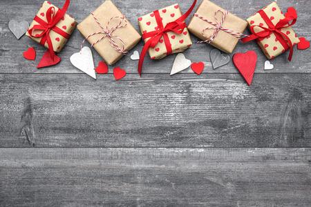 Valentijnsdag achtergrond met hart vormen en geschenkdozen op een houten bord Stockfoto