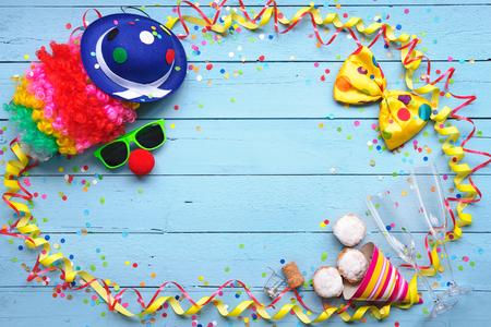 serpentinas: Colorido accesorio del partido Fondo del carnaval, serpentinas, confeti, cinta, donuts y copas de champán Foto de archivo