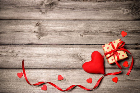 aniversario de boda: fondo de la vendimia de San Valentín con corazones y una caja de regalo sobre tabla de madera