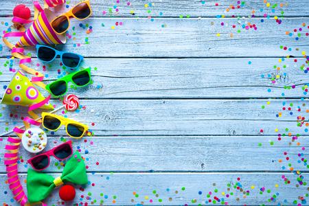 payaso: Fondo colorido del carnaval con el accesorio del partido, serpentinas y confeti