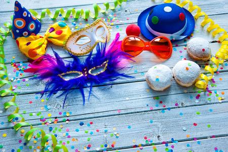 Sfondo colorato carnevale con l'accessorio del partito, stelle filanti e coriandoli Archivio Fotografico - 50773405