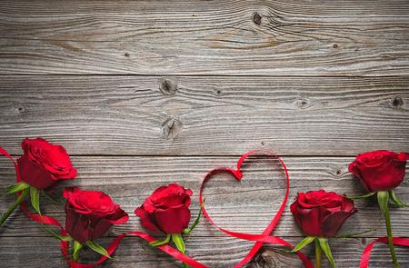 나무 보드에 빨간 장미, 발렌타인 데이 배경