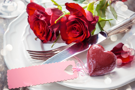 luz de velas: Configuración de lugar festiva para San Valentín día