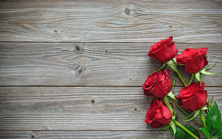 aniversario de boda: Rosas rojas en la tabla de madera, día de San Valentín Foto de archivo
