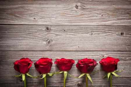 Rosas rojas en la tabla de madera, día de San Valentín