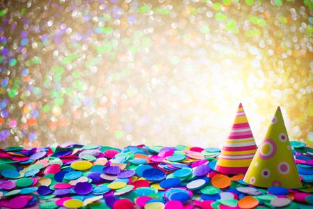 Karneval Hintergrund mit Konfetti und Partyhüte Standard-Bild - 50966034