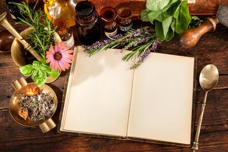 Die Naturheilkunde, Kräuter, Medikamente und altes Buch mit Kopie Platz für Ihren Text