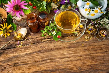 Taza de té de hierbas con flores silvestres y varias hierbas