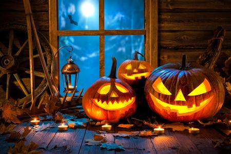 Zucca di Halloween testa lanterna con candele accese Archivio Fotografico - 50966049