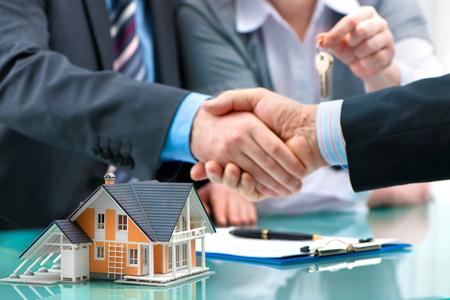 Agent nieruchomości uzgadnianie z klientem po podpisaniu umowy Zdjęcie Seryjne