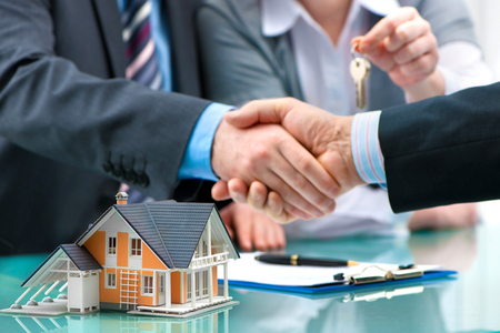 agente comercial: Agente de raíces, agitando las manos con el cliente después de la firma del contrato Foto de archivo