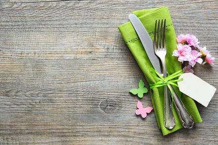 Ustawienie tabeli Wielkanoc z wiosennych kwiatów i sztućców. Wakacje w tle