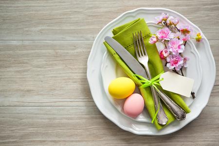 Ostertisch mit Frühlingsblumen und Besteck. Urlaub Hintergrund