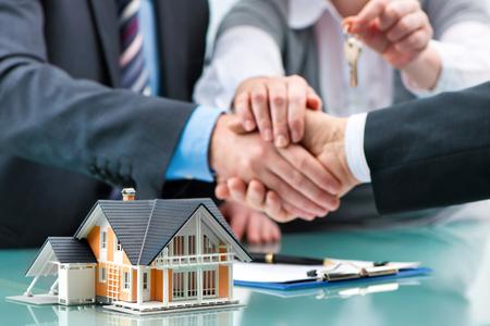 Agente immobiliare agitando le mani con il cliente dopo la firma del contratto Archivio Fotografico - 52325963